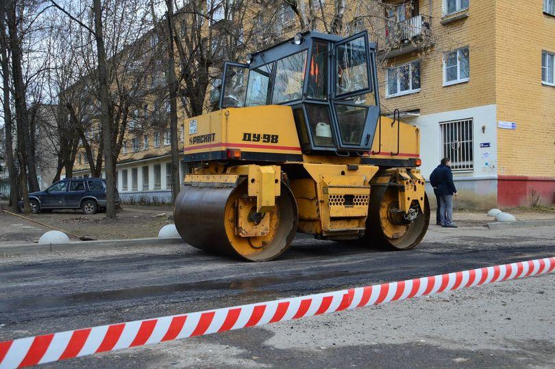 ВТвери начали восстанавливать дороги при помощи горячего асфальтобетона