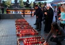 На рассвете в Твери зажгли свечи под дождём