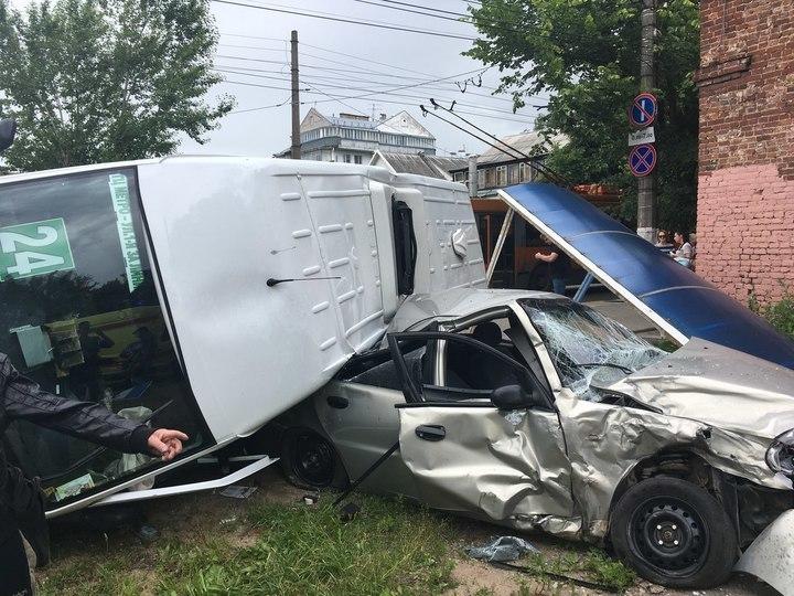 ГИБДД: ВТвери 11 человек пострадали вДТП смаршруткой