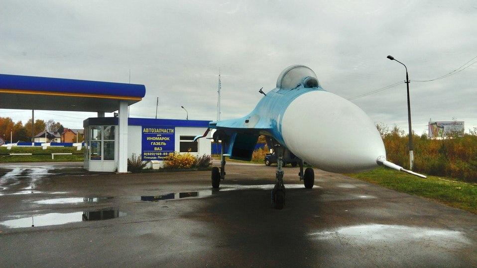 Истребитель СУ-27 припарковался наАЗС в РФ