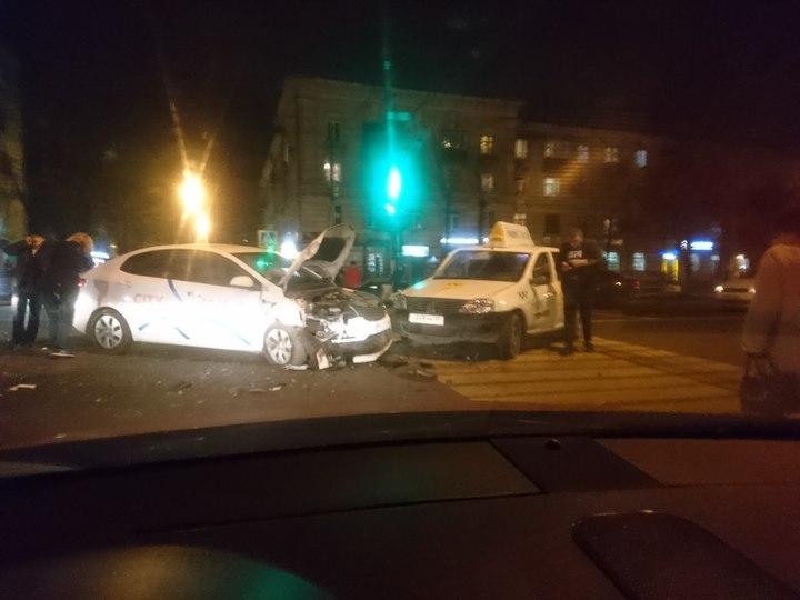 ВТвери столкнулись два такси, пострадала беременная женщина