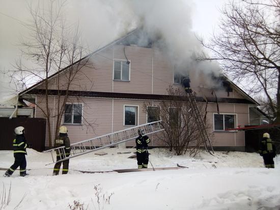 2,5 часа пожарные тушили частный дом в Твери