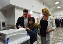 Губернатор Подмосковья пришел голосовать на выборах с женой и дочкой