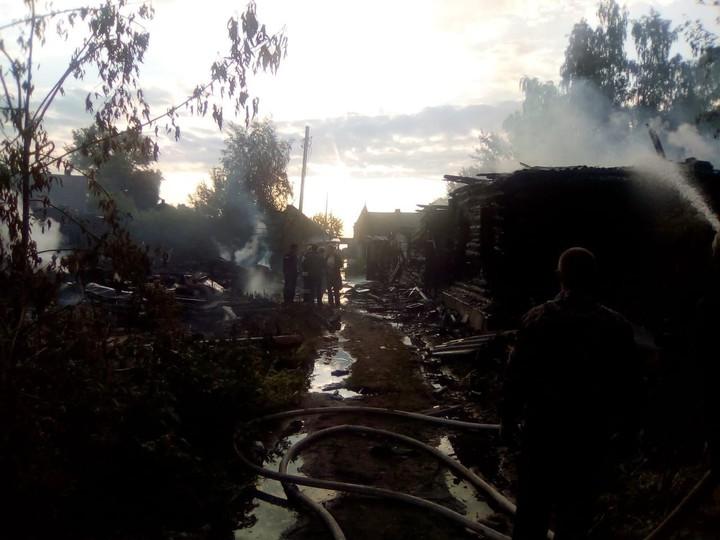 ВОсташкове сгорели шесть домов идве постройки